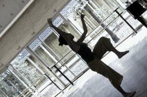 Con Cos i Moviment, Mona Belizán incide en la importancia de contraer el glúteo para mover la pierna